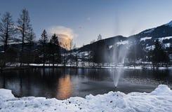DÅLIGA HOFGASTEIN, ÖSTERRIKE parkerar Alpenkur Cityscape av berg skidar semesterorten dåliga Hofgastein - en av de populärast ski Royaltyfri Foto