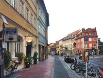 Dåliga Neustadt en der Saale, Tyskland, September 5, 2013: Obebodd gata med cyklar arkivbilder
