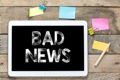 Dåliga nyheter på minnestavladatoren Arkivbild
