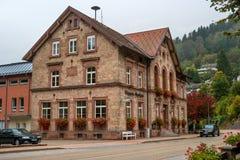 Dåliga Rippoldsau-Schapbach, Tyskland - Oktober 12, 2016: Byggnaden av staden i en gammal apotekbyggnad Royaltyfri Bild