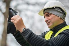 Dåliga tider: fattig byggnadsarbetare och hans tomma plånbok Royaltyfri Bild