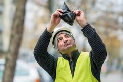 Dåliga tider: fattig byggnadsarbetare och hans tomma plånbok Royaltyfri Fotografi