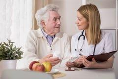 Dåligt äldre man med mediciner Arkivbilder