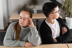 Dåligt förhållandebegrepp Man och kvinna i motsättning Unga par efter grälar att sitta bredvid de utomhus- arkivfoto