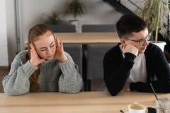 Dåligt förhållandebegrepp Man och kvinna i motsättning Unga par efter grälar att sitta bredvid de utomhus- royaltyfria foton