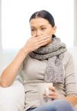 Dåligt kvinna med hemmastadd influensa royaltyfria foton