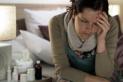 Dåligt lider kvinnan med mediciner influensahuvudvärk Arkivfoton
