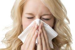 Dåligt nyser kvinnan med silkespappret Arkivbild
