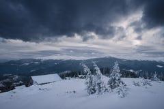 Dåligt väder i bergen i vinter Arkivbilder