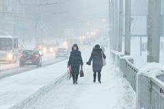 Dåligt väder i en stad: ett tungt snöfall och en häftig snöstorm i vinter royaltyfri bild