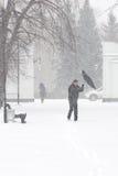 Dåligt väder i en stad: ett tungt snöfall och en häftig snöstorm i vintern, lodlinje royaltyfria foton