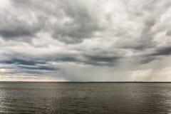 Dåligt väder med moln och regn på en sjö i Masuria, Polen Royaltyfri Foto