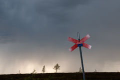Dåligt väder, medan trekking i Sverige Royaltyfria Bilder