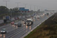 Dåligt väder på motorwayen för britt M1 Arkivfoton