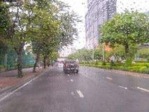 Dåligt väder som kör trafikstockning på en motorvägrörelsesuddighet royaltyfria bilder