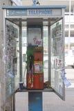 Dåligt villkor av den smutsiga offentliga telefonen Arkivbild