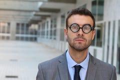Dåraktig geek som ser bedövad i kontoret fotografering för bildbyråer