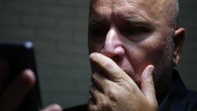 A déçu l'homme d'affaires Text Using Cellphone et gesticule nerveux clips vidéos
