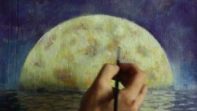 Dé con la pintura del cepillo una luna grande anaranjada en el azul, reflexión de la luna en el océano, mar, agua
