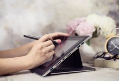 Dé a control el dibujo digital de la pluma de la pantalla de la tableta imagen de archivo