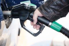 Dé a controles una boca para reaprovisionar un coche de combustible con el combustible diesel en el gaso Imágenes de archivo libres de regalías