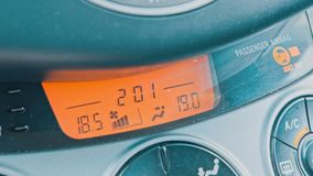 Dé el ajuste de la temperatura interna del coche almacen de video