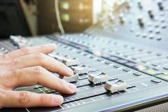 Dé el ajuste de los botones, de los atenuadores y de los resbaladores audios de la consola del mezclador Foto de archivo