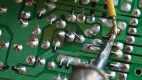 Dé el alambre que suelda sobre placa de circuito almacen de metraje de vídeo