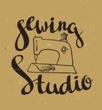 Dé el cartel exhausto de la tipografía con la máquina de coser y el estudio de costura de las letras elegantes stock de ilustración