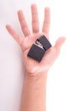 Dé el control que sostiene el encendedor, del fondo blanco Fotografía de archivo libre de regalías