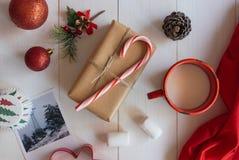 Dé el regalo hecho a mano con el bastón de caramelo y los ornamentos de la Navidad Fotos de archivo libres de regalías