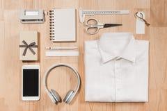Dé el reloj, la camisa, la taza de café, el cuaderno y los accesorios del varón encendido Imágenes de archivo libres de regalías