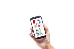 Dé el varón con el smartphone, pantalla en línea de las compras en la parte posterior del blanco fotografía de archivo libre de regalías