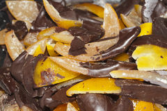 Dé fruto con el chocolate, cáscara de naranjas con el chocolate Fotos de archivo libres de regalías