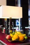 Dé fruto en un florero en una tabla en un café Imágenes de archivo libres de regalías