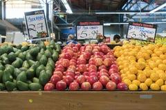 Dé fruto para la venta en un mercado de la comida fresca foto de archivo