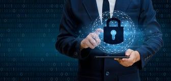Dé a hombre de negocios la cerradura de la prensa código binario, concepto de la seguridad del cuber Mundo de la comunicación Imagen de archivo libre de regalías