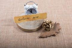 Dé la bienvenida a 2018 escrito el papel y el reloj rasgados del alalrm Imagen de archivo