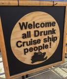 Dé la bienvenida a toda la señalización divertida de la gente borracha del barco de cruceros Imagenes de archivo