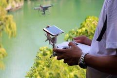 Dé la cámara del abejón que controla a volar en la laguna verde Foto de archivo libre de regalías