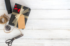Dé la caja y las herramientas hechas a mano de regalo del regalo de Navidad en el fondo de madera blanco Fotos de archivo
