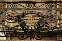 Dé la cerca hecha a mano del balcón en el edificio céntrico de Zagreb, Croacia, fondo del cielo azul Fotos de archivo libres de regalías