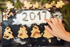 Dé la escritura 2017 en la harina con el dulce del pan de jengibre Imagen de archivo