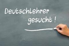 Dé la escritura en una pizarra en alemán el gesucht de Deutschlehrer Imágenes de archivo libres de regalías