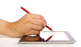 Dé la escritura en una tablilla con un lápiz Imágenes de archivo libres de regalías