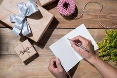 Dé la escritura que desea con el regalo de cumpleaños en fondo de madera VI Imagen de archivo