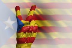 Dé la fabricación de la muestra de la victoria, Cataluña pintó con la bandera como símbolo Imagen de archivo libre de regalías
