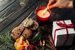 Dé la iluminación encima actual del pan de jengibre de las galletas del granate o del vela y Imagen de archivo libre de regalías