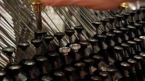 Dé la impresión en la máquina de escribir vieja - máquina de escribir del vintage para los periódicos
