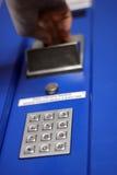 Dé la inserción de la moneda en la máquina expendedora Fotografía de archivo libre de regalías